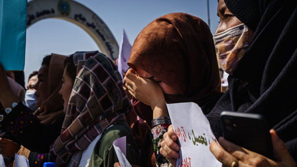 Taliban'ı protesto etmek için başkent Kabil'de yürüyüş yapan kadınlar Taliban güçleri tarafından dağıtıldı, protestolar yasaklandı