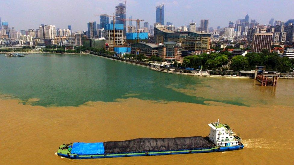 نهرا اليانغتسي (اللون البني) والهان (اللون الأزرق) يلتقيان في ووهان