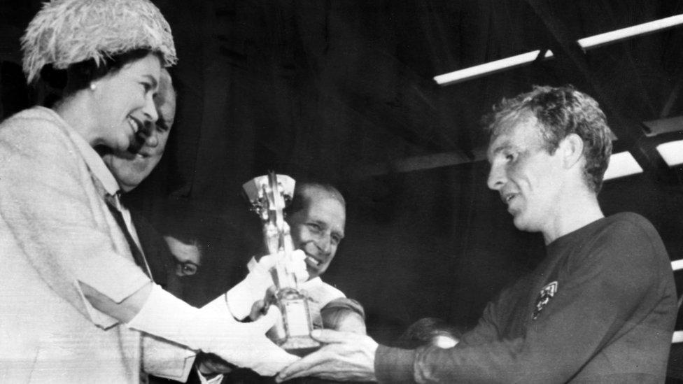 تقدم الملكة لبوبي مور كأس جول ريميه لفوزه بكأس العالم عام 1966