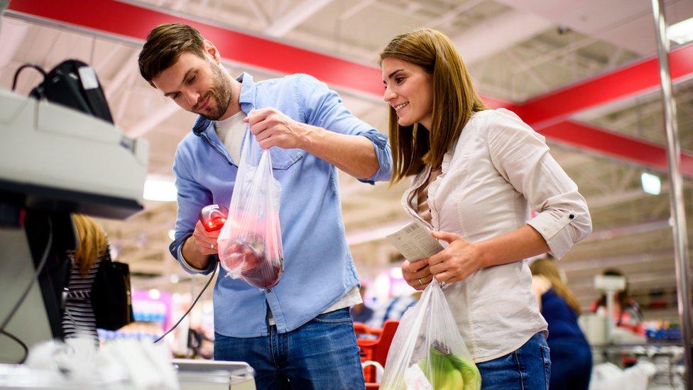 Dos personas haciendo compras