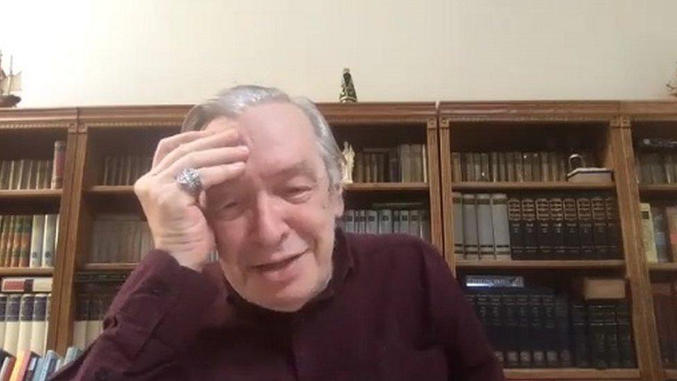 Em entrevista remota, Olavo ri para câmera, com mão na cabeça