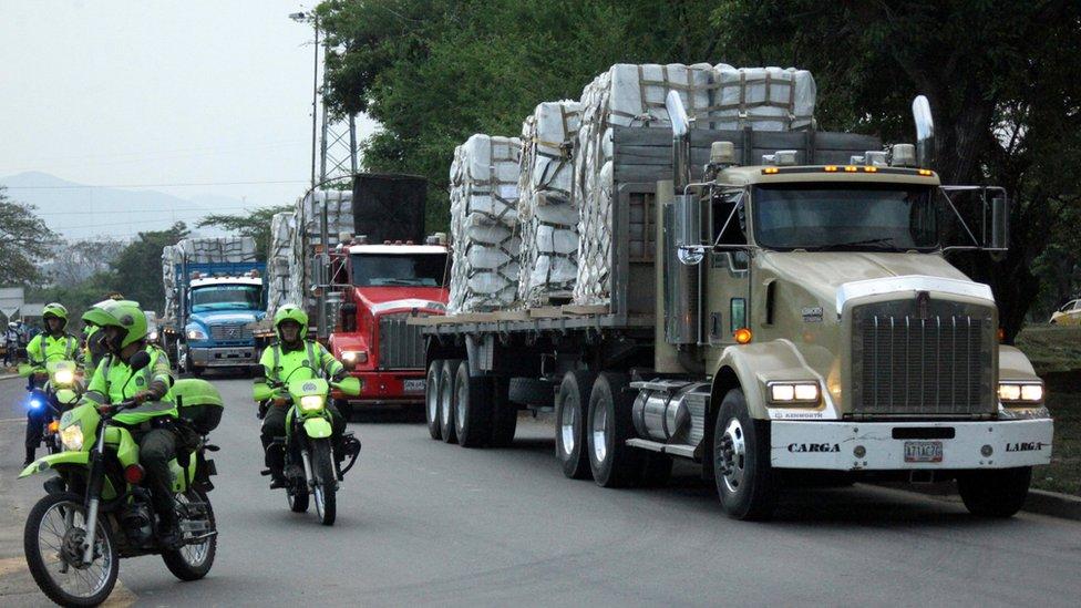 La policia escolta los camiones con ayuda humanitaria