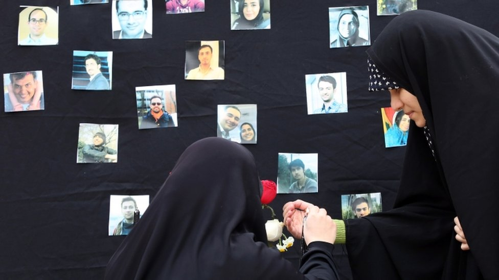 Hard-line students light candles in memory of crash victims - 14 January