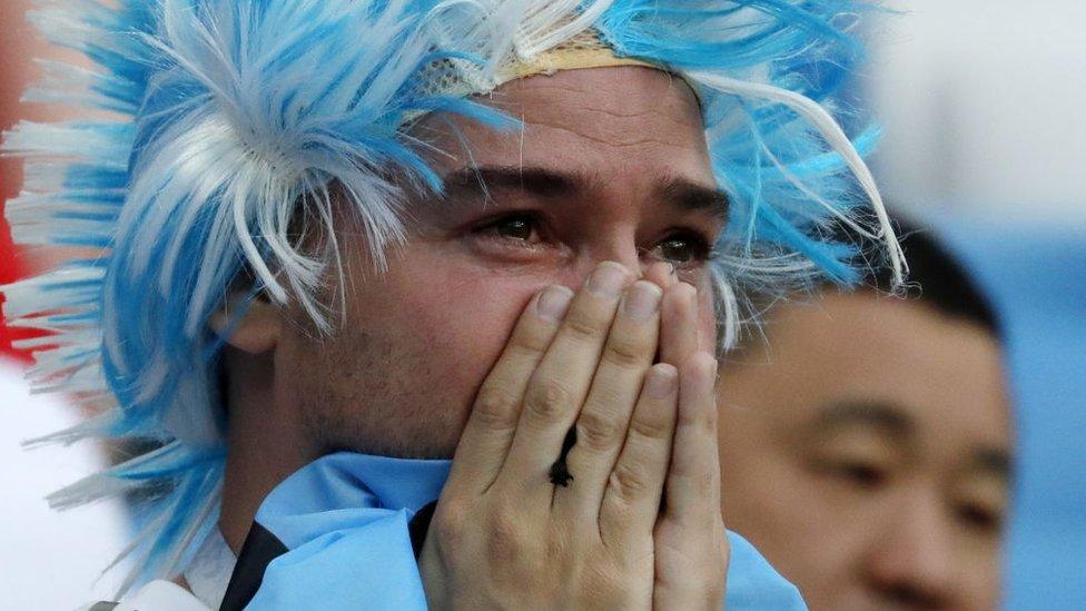 Hincha de fútbol llora.