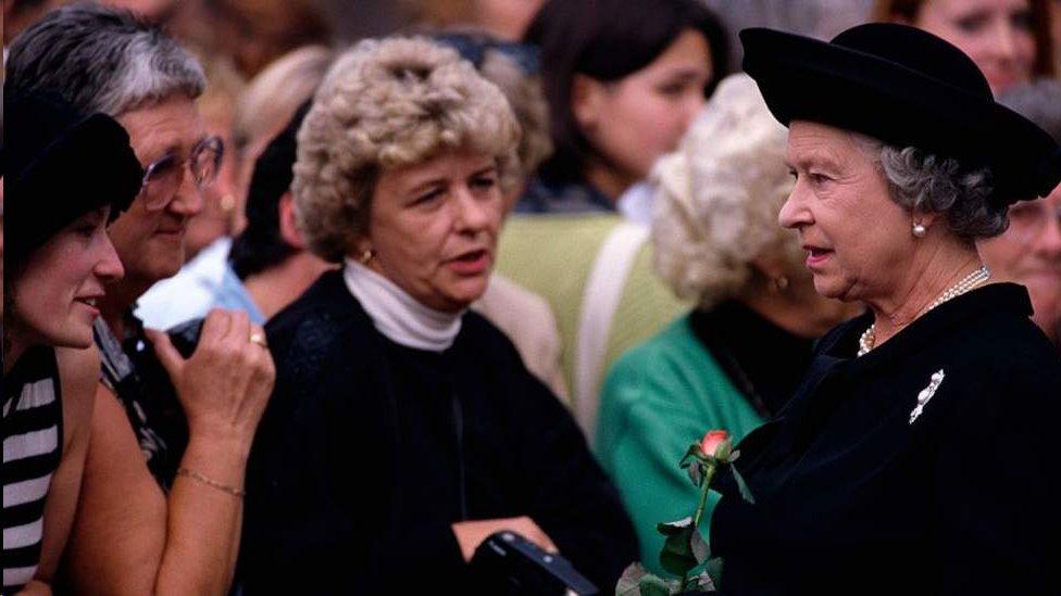 戴安娜葬禮前英國女王和前來吊唁的民眾