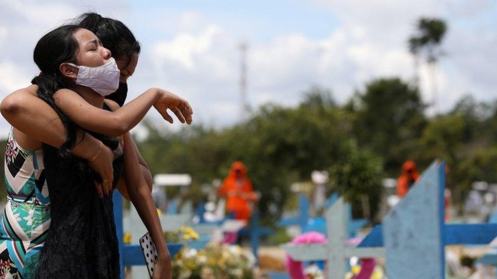 Enterro de vítima de covid-19 em Manaus, em 17 de fevereiro