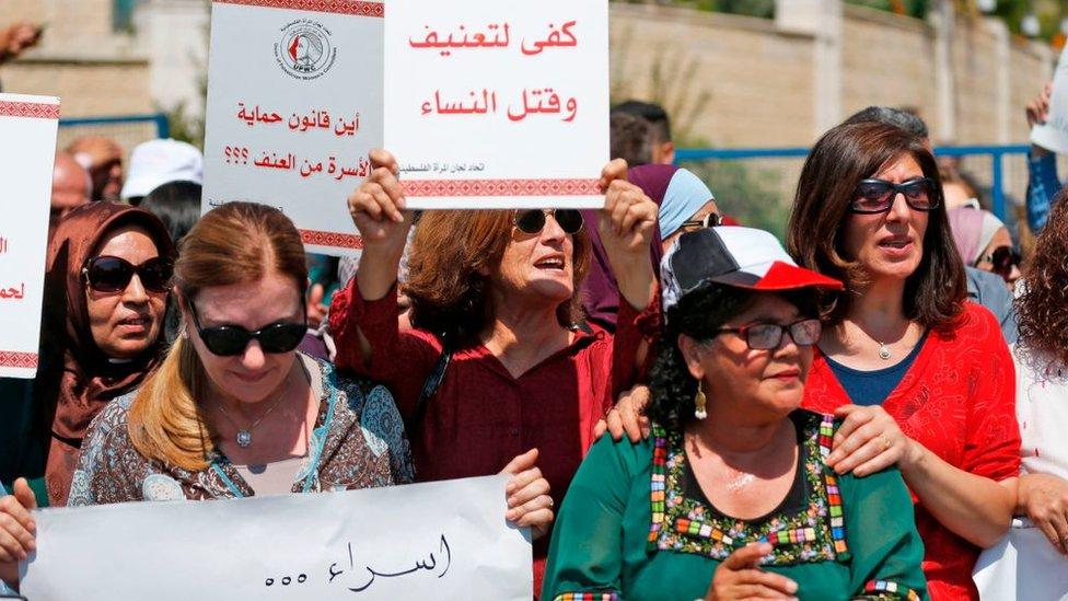 فلسطينيات يتظاهرن أمام مكتب رئيس الوزراء في رام الله، احتجاجا على العنف ضد المرأة