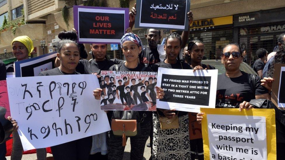 حمل المتظاهرات لافتات للمطالبة بحقوقهن