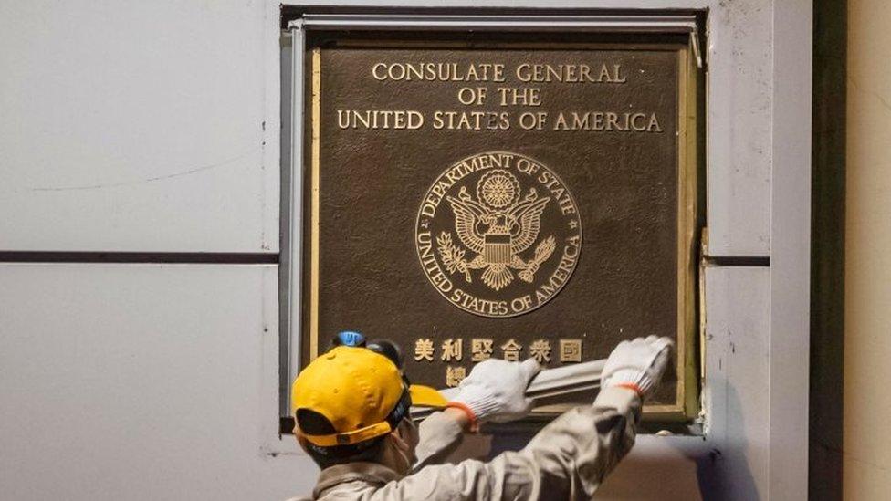 工作人員將領事館外的徽標和銘牌拆除。