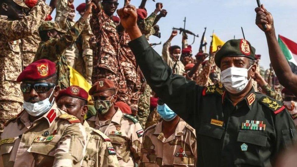 البرهان وسط عدد من العسكريين