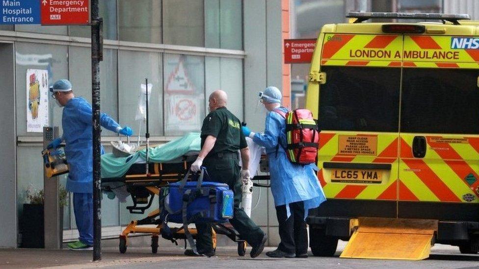 سيارة اسعاف تنقل مريض كورونا في لندن