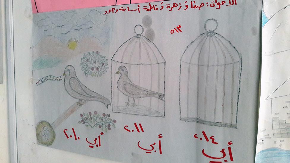 El dibujo de un niño refugiado sirio que muestra a un pájaro cantando, luego aparece el mismo pájaro en una jaula y luego una jaula vacía.