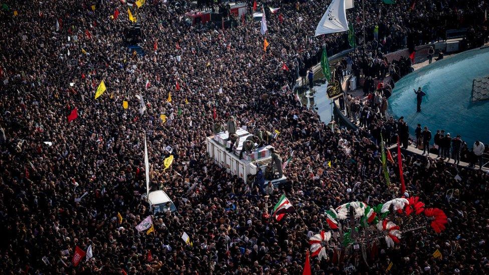 Marcha en Teherán tras la muerte del comandante iraní asesinado en un ataque aéreo estadounidense.