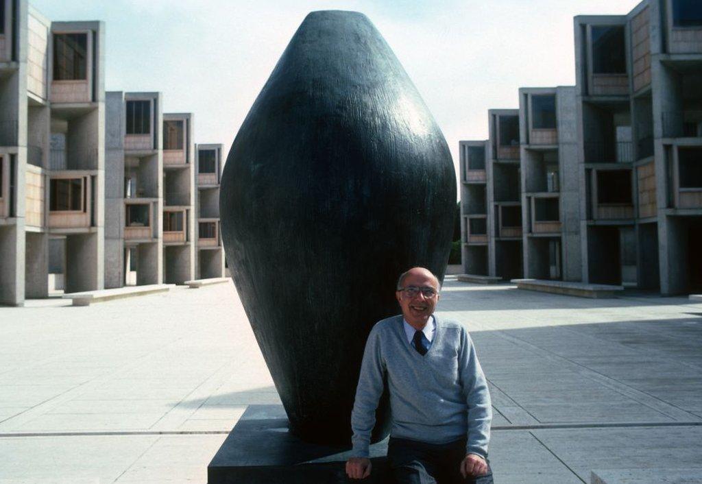 Premio Nobel Renato Dulbecco posa para una foto en el Instituto Salk.