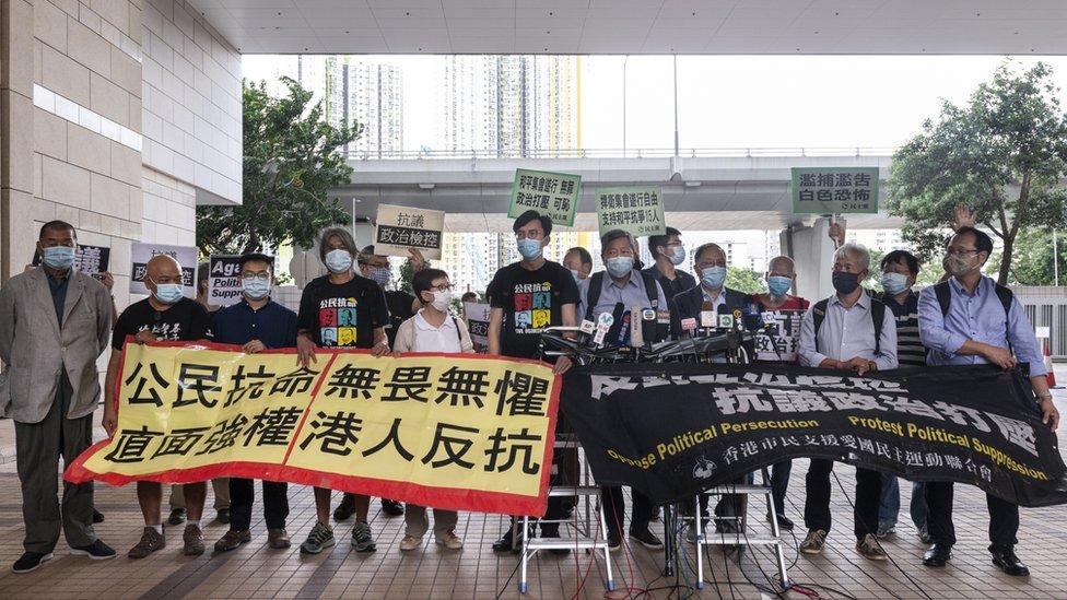 黎智英(左一)與六四案各被告在香港西九龍裁判法院外示威(18/9/2020)