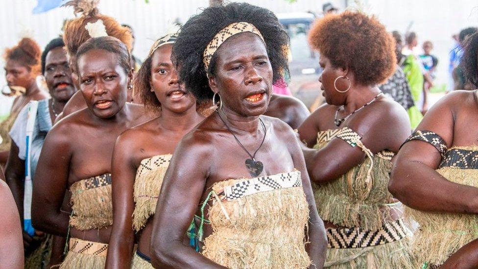 fila de mujeres votantes en Bougainville