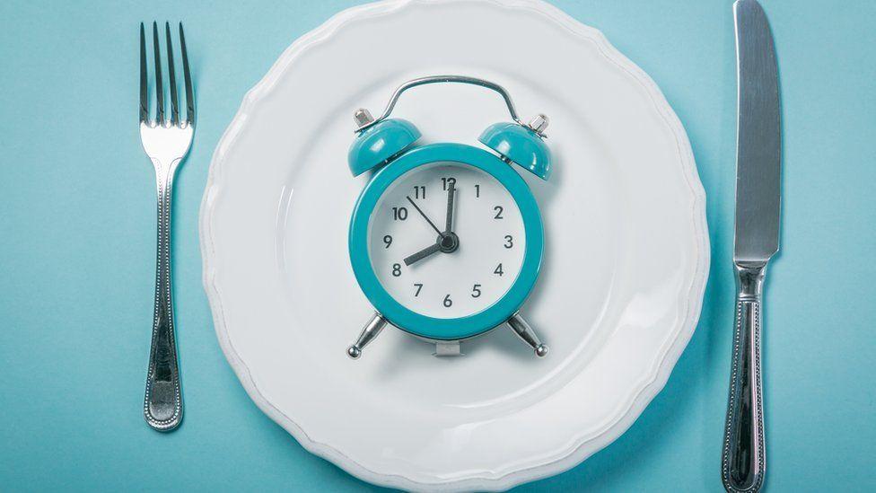 Reloj sobre un plato.