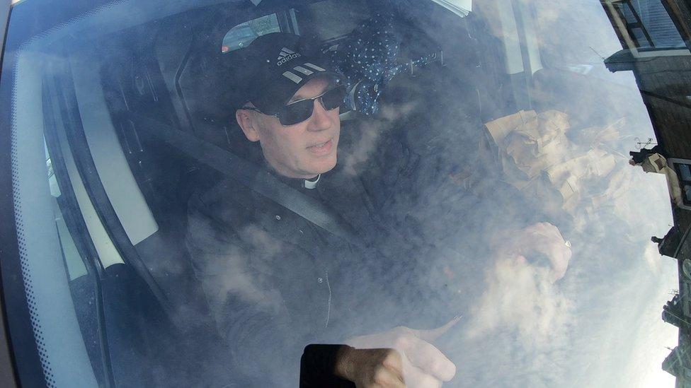 Pastor Mick Fleming en su caravana.