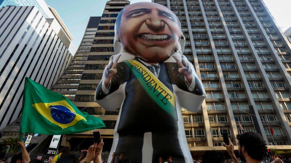 Muñeco inflable de Bolsonaro en manifestación a su favor