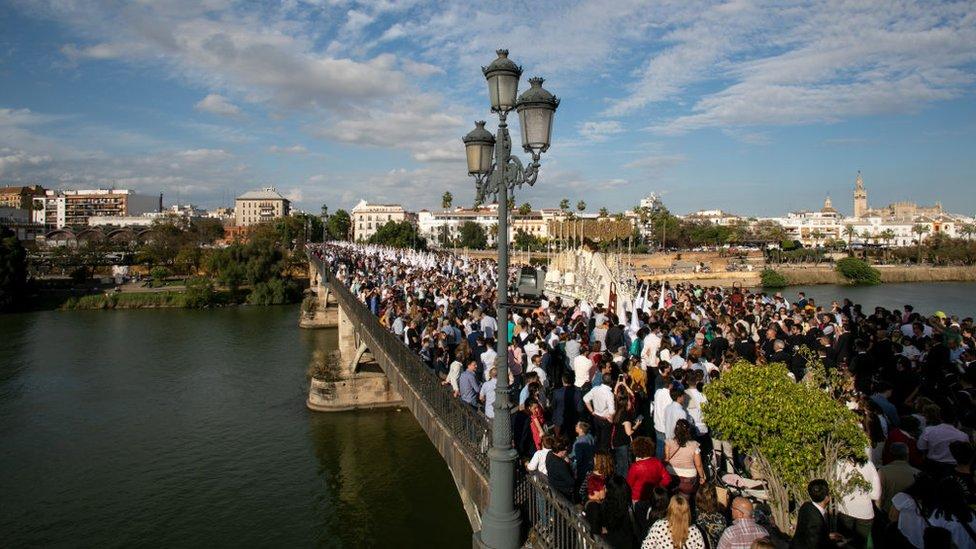 Procesión cruzando el puente de Triana