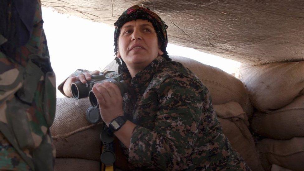 """القائدة العسكرية كردستان سري كانيه أثناء حديثها لبي بي سي عن مشروع روجآفا """"الديمقراطي"""" في سوريا"""