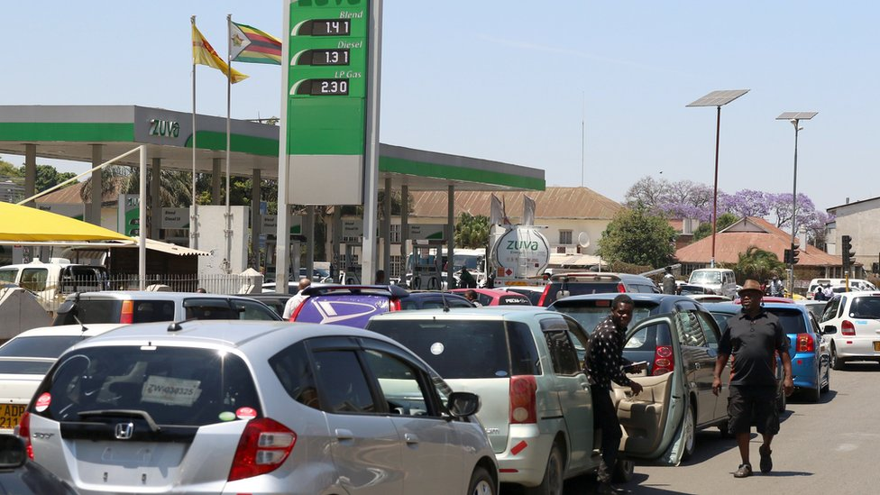 Motorists queue to buy petrol in Harare, Zimbabwe, October 8, 2018